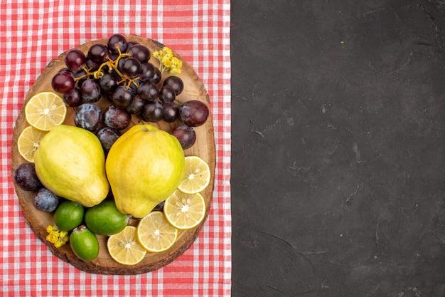 Draufsicht verschiedene früchte zusammensetzung reife und ausgereifte früchte auf dunklem hintergrund reifer frischer baum ausgereifte frucht