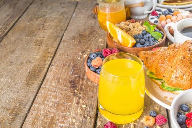 Draufsicht verschiedene frühstück auf dem tisch