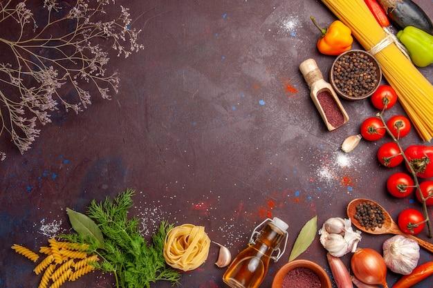 Draufsicht verschiedene gemüsesorten mit gewürzen auf einem dunklen hintergrundsalatgesundheitsmahlzeitnahrungsmittel
