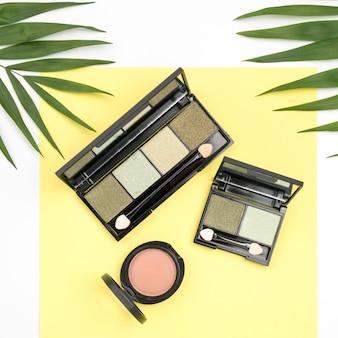 Draufsicht verschiedene kosmetiksortimente