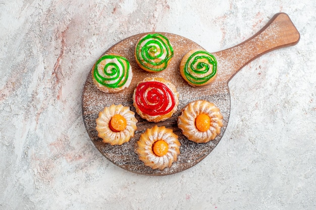 Draufsicht verschiedene kuchen kleine süßigkeiten auf weißem hintergrund cookie keks zucker tee süßer kuchen