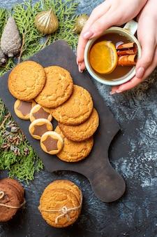 Draufsicht verschiedene leckere kekse mit tasse tee auf leuchttisch