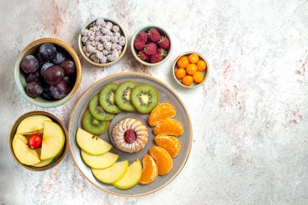 Draufsicht verschiedene obstzusammensetzung frische und geschnittene früchte auf weißem hintergrund vitamin ausgereifte früchte gesundheit reif