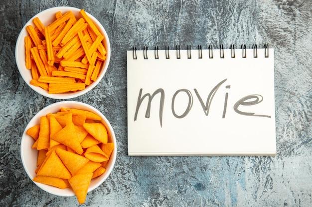 Draufsicht verschiedene snacks zwieback und käsespitzen auf leichtem schreibtisch