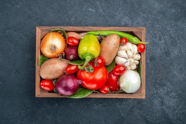 Draufsicht verschiedenes frisches gemüse auf dem dunklen tisch farbe gemüse frischer salat reif