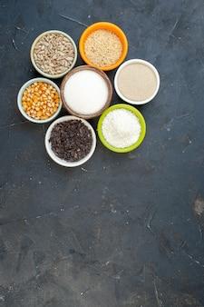 Draufsicht verschiedenes rohes getreide mit samen und salz auf dunklem hintergrund linsenfarben essen küche küche suppe