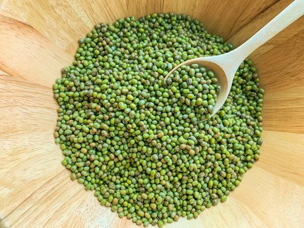 Draufsicht vieler mungobohne oder grünen bohnen in den hölzernen schüsseln