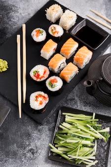 Draufsicht vielzahl von sushi auf teller