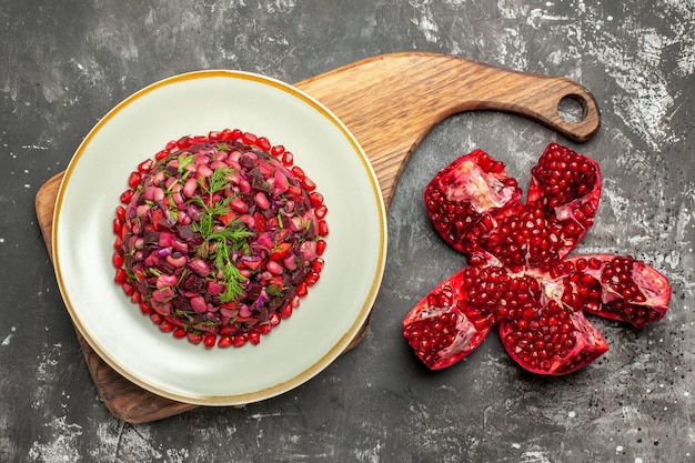 Draufsicht-vinaigrette-salat mit rüben und bohnen auf der dunklen oberfläche