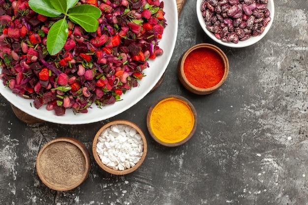 Draufsicht-vinaigrette-salat mit rüben und bohnen auf der grauen oberfläche