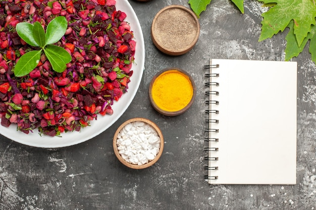 Draufsicht-vinaigrette-salat mit rüben und bohnen auf dunkler oberfläche