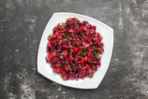 Draufsicht-vinaigrette-salat mit rüben und bohnen auf grauer oberfläche