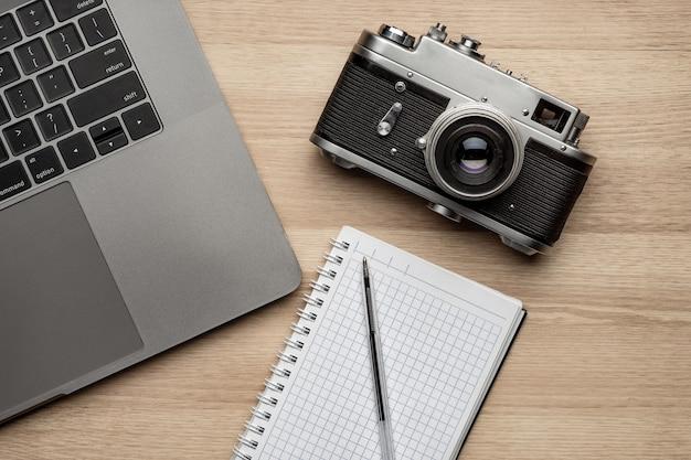 Draufsicht vom bürofotografietisch mit laptop