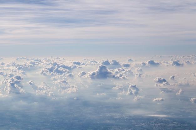 Draufsicht vom flugzeug über phuket nach bangkok, schöner blick auf die berge von der spitze durch die wolken, thailand
