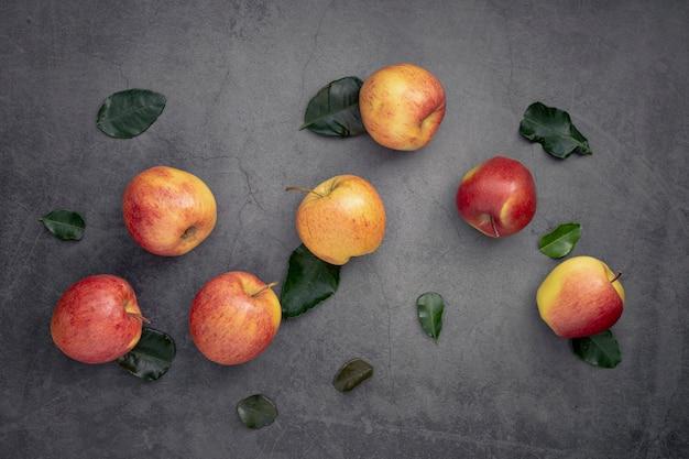 Draufsicht von äpfeln mit blättern