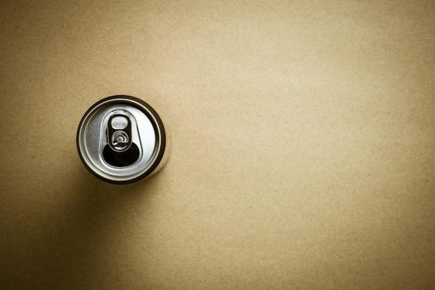 Draufsicht von aluminiumdosen auf hintergrund des braunen papiers.