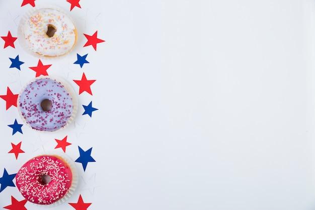 Draufsicht von amerikanischen sternen und von donuts