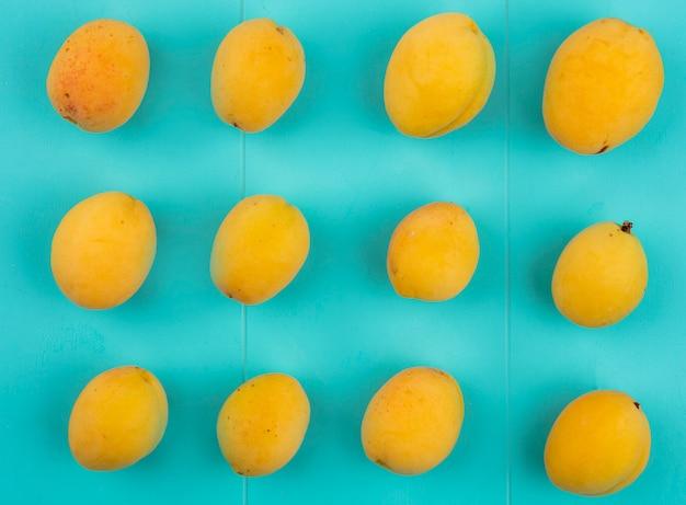 Draufsicht von aprikosen auf einer blauen oberfläche
