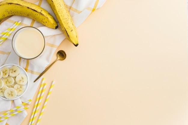 Draufsicht von banane smoothie mit strohen und frucht