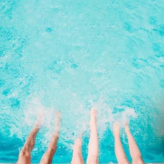 Draufsicht von beinen im pool