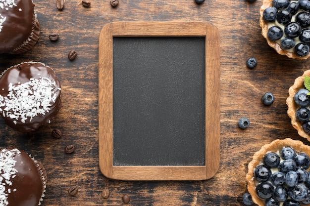 Draufsicht von blaubeerdesserts mit schokolade
