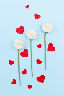 Draufsicht von blumen und von valentinstagherzen