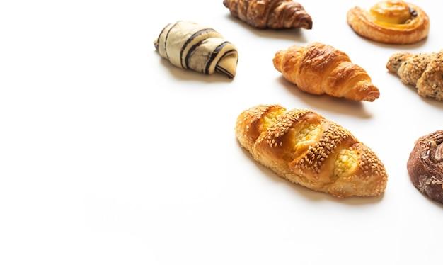 Draufsicht von brot und bäckerei auf blauem farbhintergrund eingestellt.