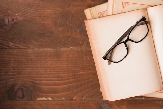 Draufsicht von büchern und von gläsern