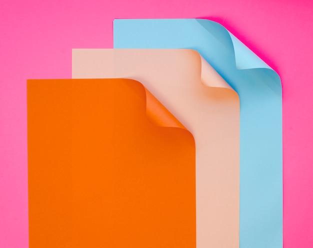 Draufsicht von buntem von blättern papier
