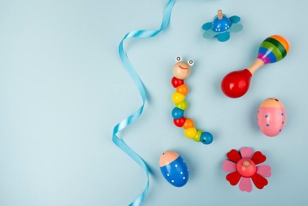 Draufsicht von bunten babyspielwaren