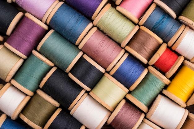 Draufsicht von bunten threadspulen