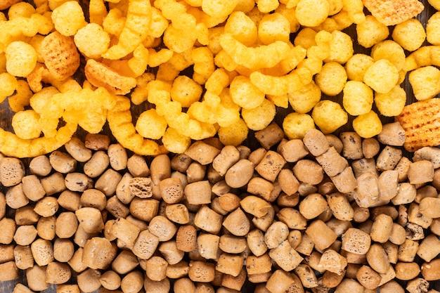 Draufsicht von crackern mit kornkugeln textur horizontal