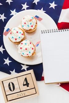 Draufsicht von cupcakes mit datum und amerikanischer flagge