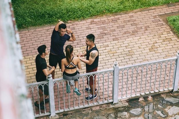 Draufsicht von den athleten, die vor dem training aufwärmen