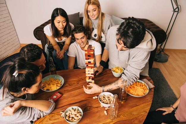 Draufsicht von den freunden, die tabletopspiel spielen