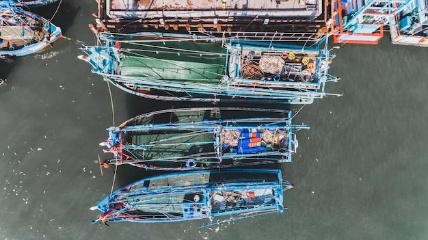 Draufsicht von der himmelgruppe des hölzernen fischereibootes.