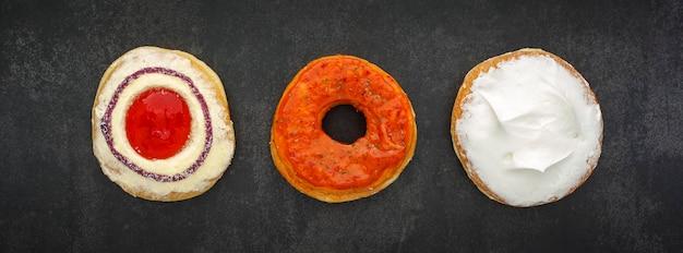 Draufsicht von donuts auf dunkelgrauer, grauer, schwarzer tonstruktur