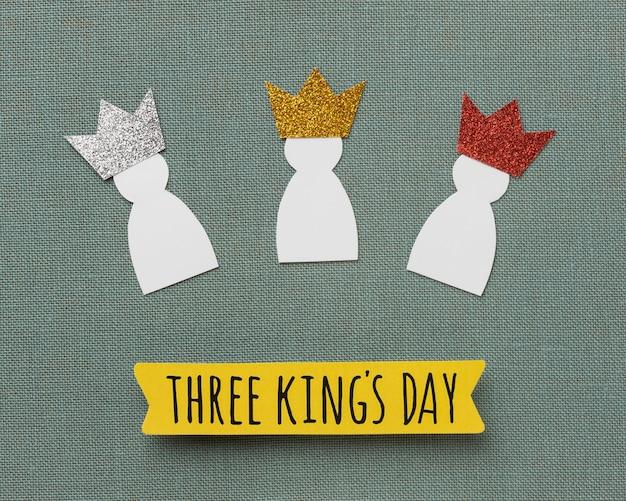 Draufsicht von drei papierkönigen für dreikönigstag