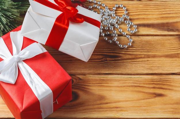 Draufsicht von eingewickelten weihnachtsgeschenkboxen auf hölzernem hintergrund