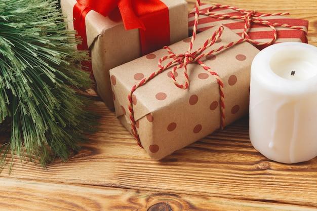 Draufsicht von eingewickelten weihnachtsgeschenkboxen auf hölzernem