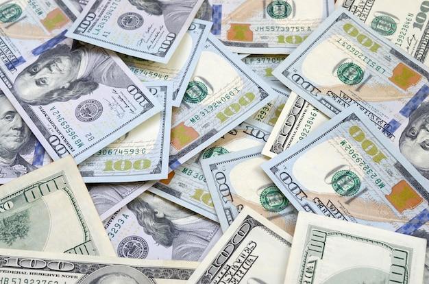 Draufsicht von einhundert dollar-banknoten machte hintergrund. usd währungskonzept und reiches leben