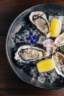 Draufsicht von frischem fine de claire oyster und von zitrone.