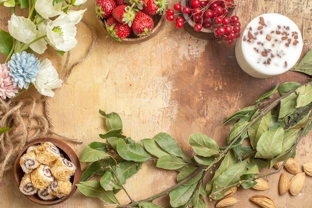 Draufsicht von frischen früchten mit bonbons und nüssen auf holzoberfläche