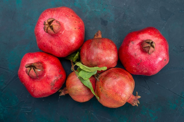 Draufsicht von frischen granatäpfeln auf dunkler oberfläche