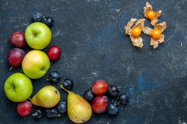 Draufsicht von frischen grünen äpfeln mit birnenschwarzdorn und pflaumen auf dunklem schreibtisch, frisches mildes essen der fruchtbeere