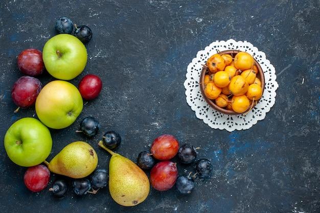 Draufsicht von frischen grünen äpfeln mit birnenschwarzdorngelben kirschen und pflaumen auf dunkelblauem, frischem, mildem essen mit fruchtbeeren