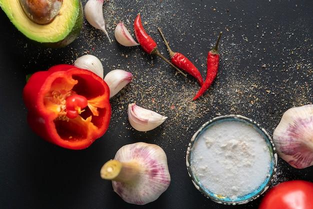 Draufsicht von frischen guacamolebestandteilen, natürliches organisches gemüse auf dem tisch, hausmannskost
