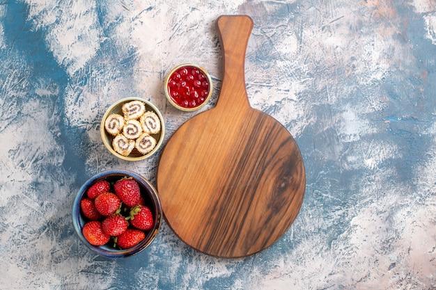 Draufsicht von frischen roten erdbeeren mit marmelade auf heller oberfläche