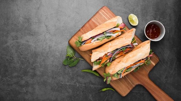 Draufsicht von frischen sandwichen auf hackendem brett