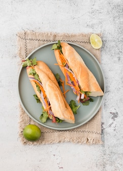 Draufsicht von frischen sandwichen auf platte
